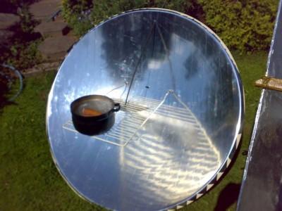 Aliuminio folija apklijuota prabolinė antena saulės spindulius ir jų šilumą sukoncentruoja į kumščio didumo tašką
